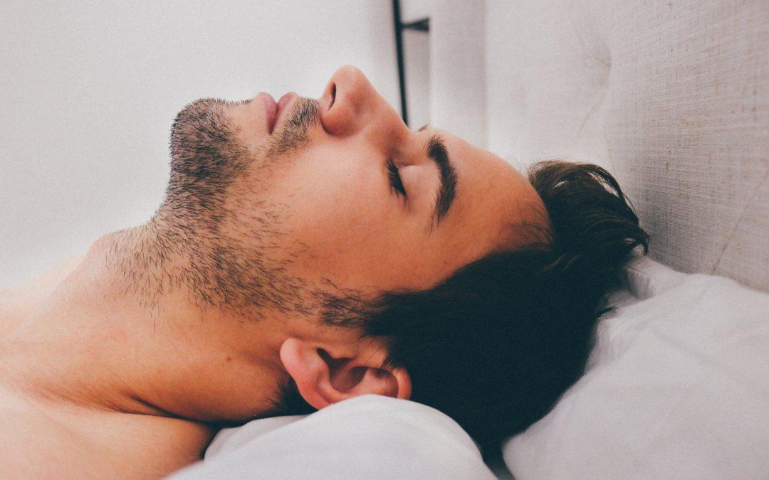 un homme dans son lit qui se détend