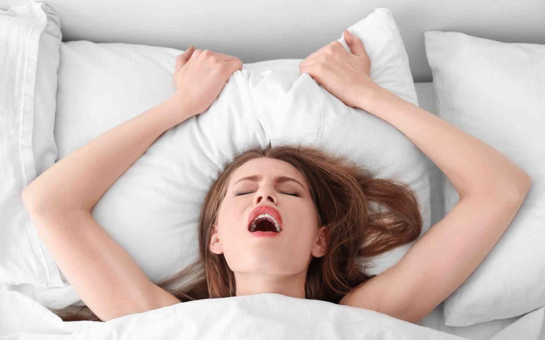 une femme reçoit un cunnilingus dans son lit