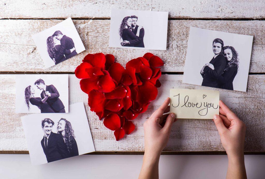 Des photos d'un couple sur un mur