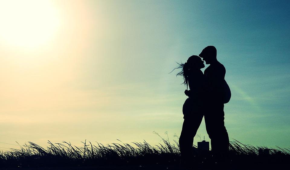 Un couple qui s'enlace sous le soleil