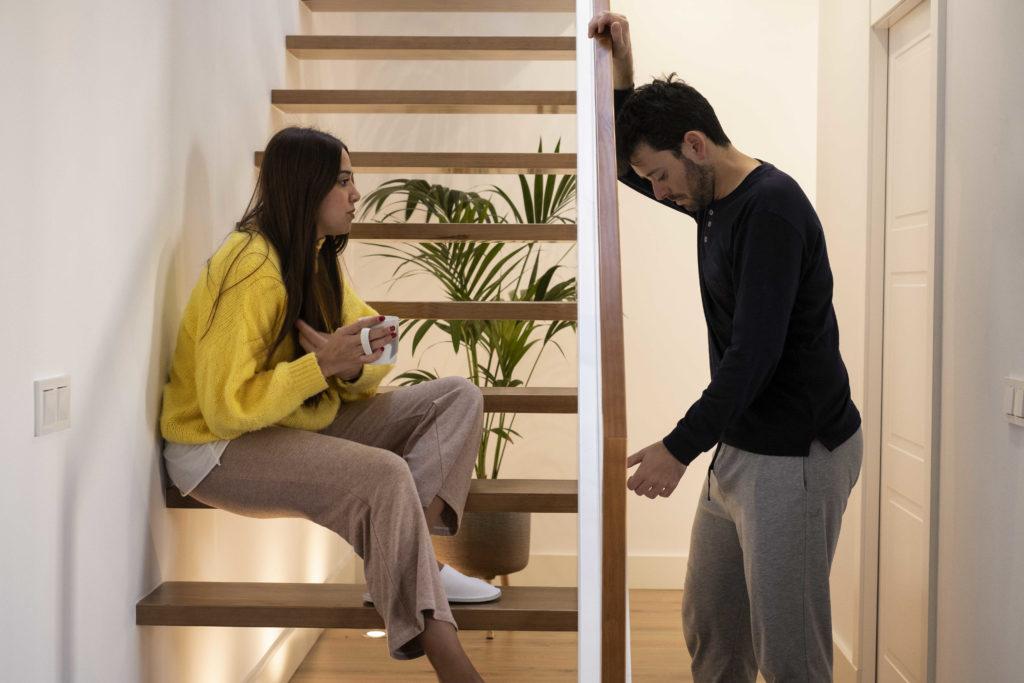 Un couple qui se dispute dans leur maison