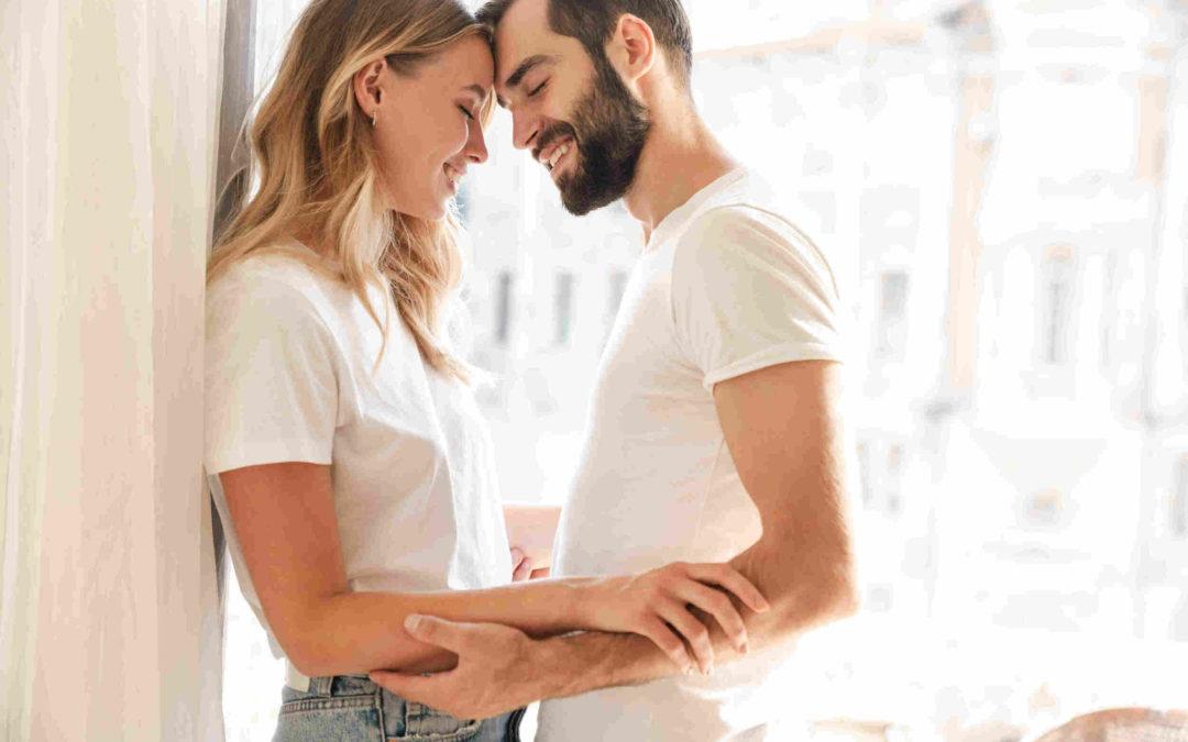 Un couple amoureux qui se touche