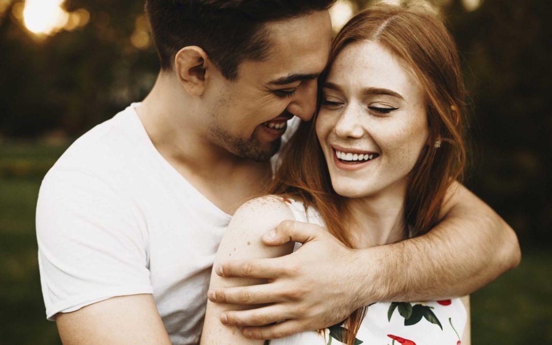 Un couple heureux qui s'enlace. Leur relation semble partie pour durer.