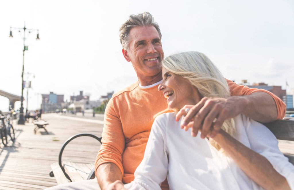 Un couple de seniors très heureux. Leur couple a duré dans le temps. C'est un bon exemple qui illustre comment construire un couple solide.
