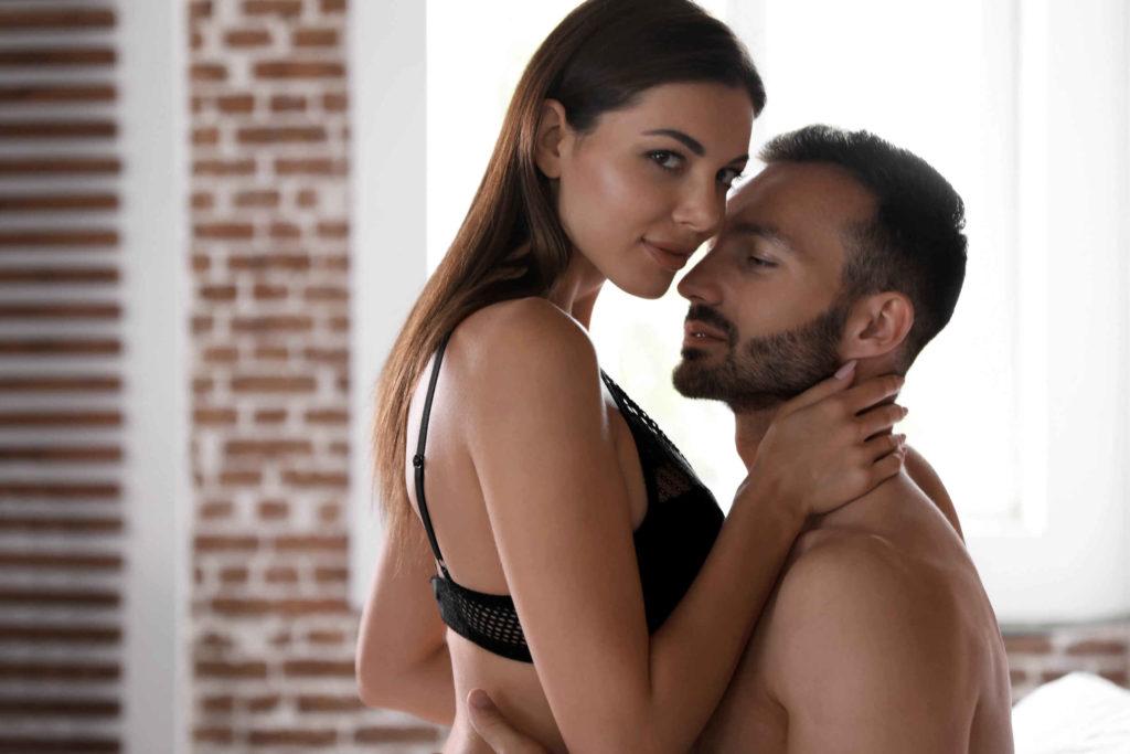 Une femme et un homme qui vont faire l'amour. La femme a un regard coquin. Peut-être va-t-elle faire jouir son homme ?