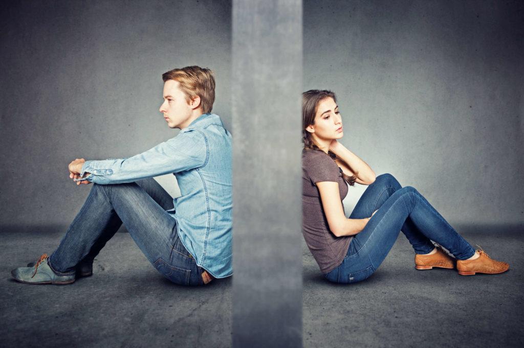 Une femme et un homme séparés par un mur en béton. Peut-être que l'un des deux a manqué de respect à l'autre ?