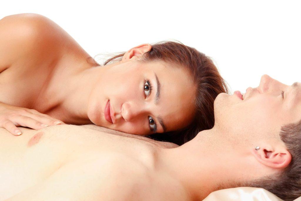 Un couple vient de faire l'amour. La femme est réveillée. Elle semble contente mais pensive. Elle vient de perdre sa virginité.