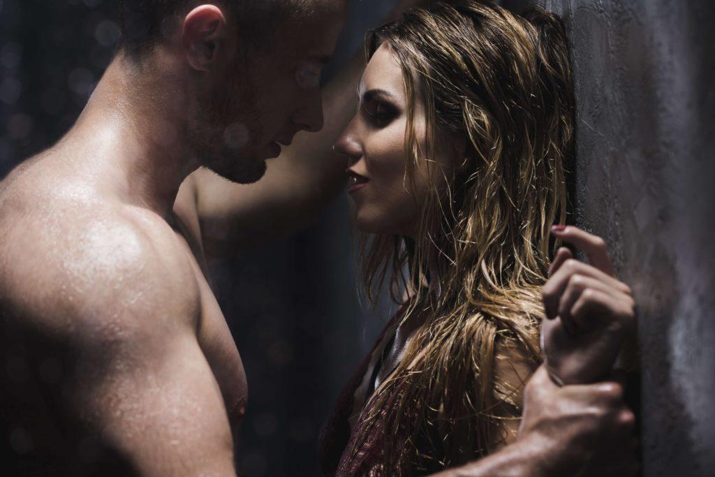 Un homme et une femme sont sous la douche. Ils se touchent. La sexualisation est très forte.