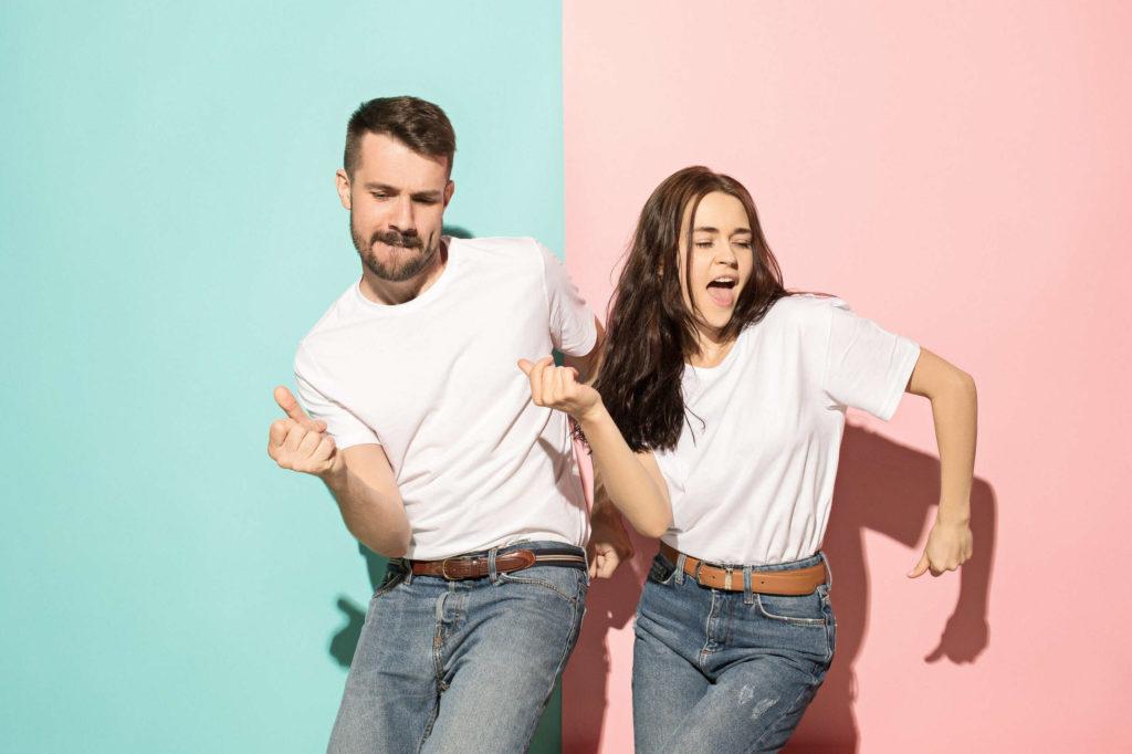 Un couple qui danse en synchronisation.