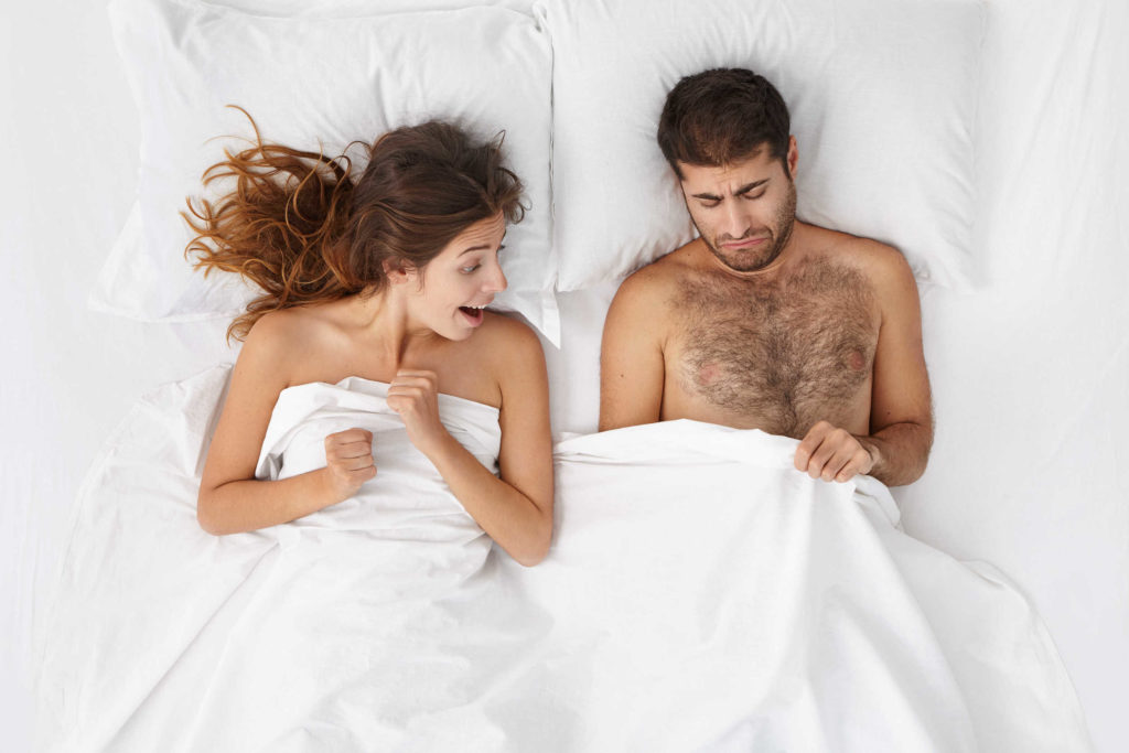Un couple est au lit. La femme regarde le pénis de l'homme. Ce dernier semble mécontent de la taille de son sexe. Il pense avoir un petit pénis.