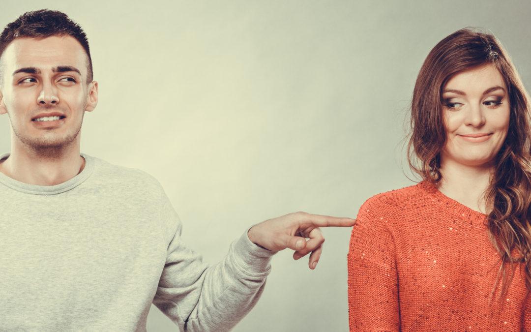 Un homme taquine une femme à côté de lui. Voilà un exemple qui peut servir à la gent féminine pour savoir comment plaire à un homme.