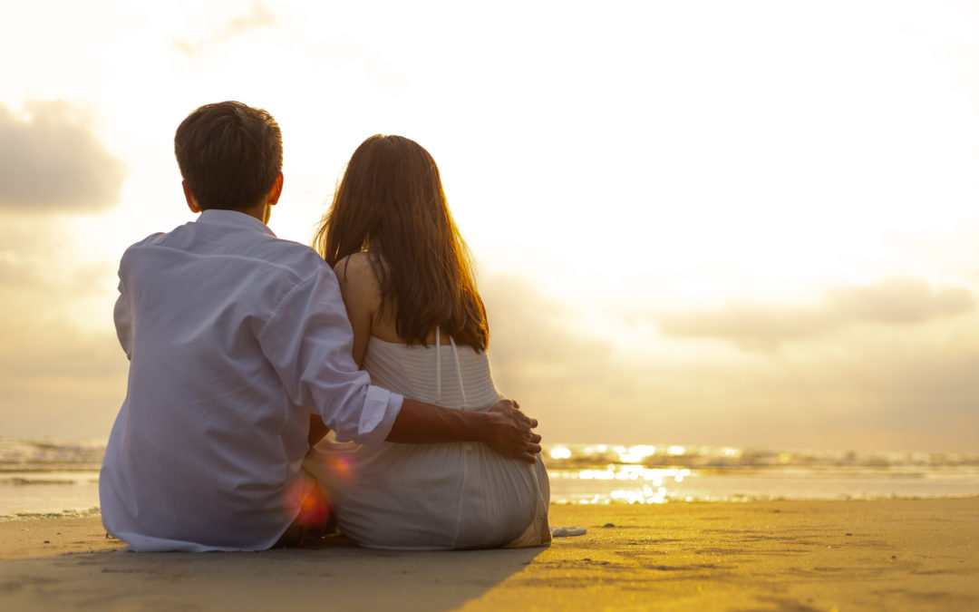 Un couple au bord de la plage. Ils s'aiment et ont trouvé l'amour.