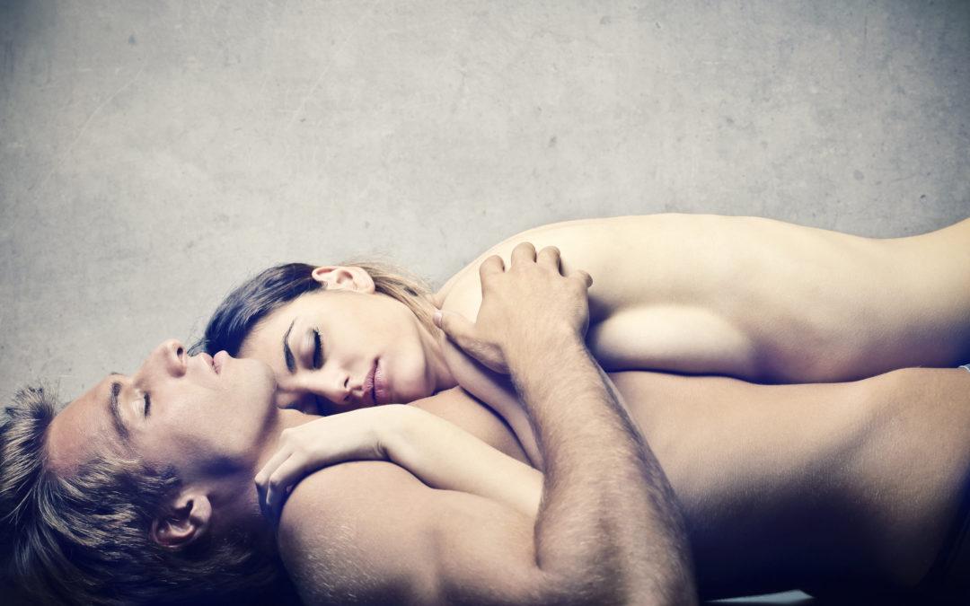 Une femme et un homme sont nus et allongés sur le sol. Ils semblent paisibles.
