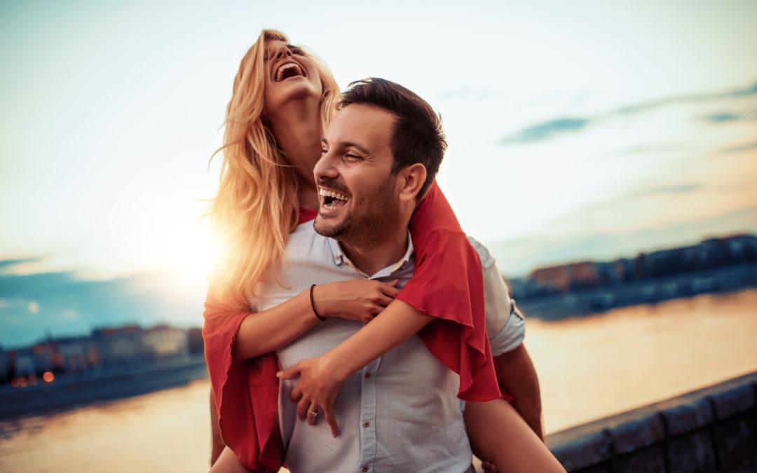 Un couple s'amuse. Ils donnent un bon exemple pour savoir comment réussir un début de relation.