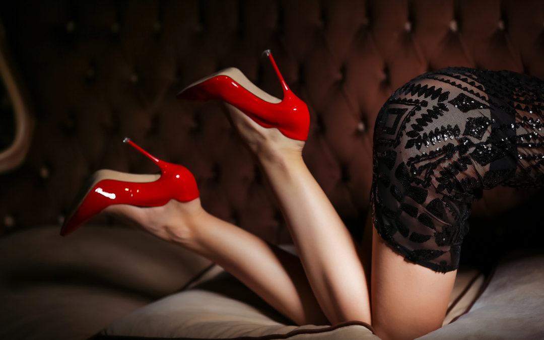 Une femme avec des talons rouges. Elle symbolise le fétichisme des pieds.