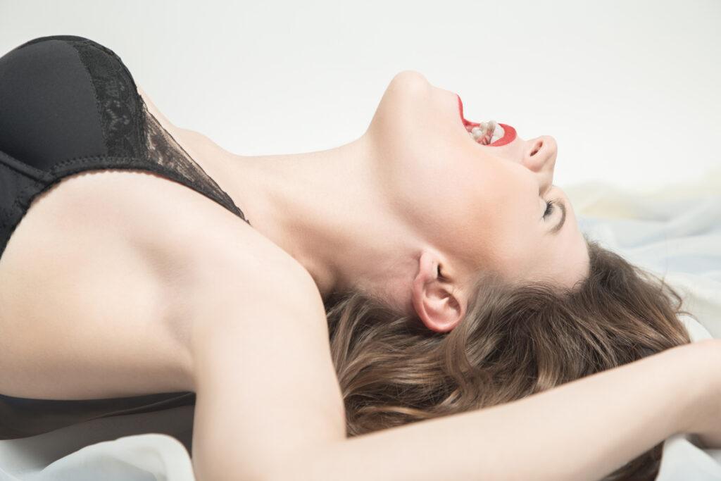 Une femme qui jouit. Elle semble avoir un orgasme très intense.