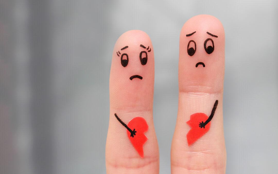 Deux doigts qui représentent deux personnes avec un cœur brisé. Cela symbolise la séparation amoureuse.
