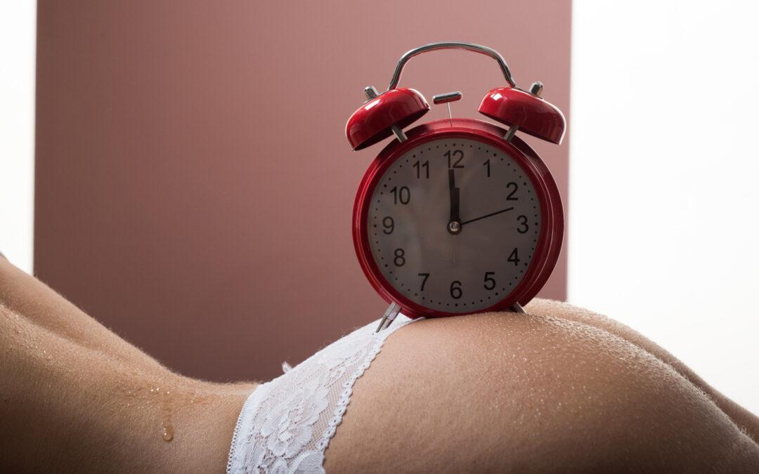 Une horloge sur le fessier d'une femme. Cela peut symboliser l'anéjaculation de l'homme.