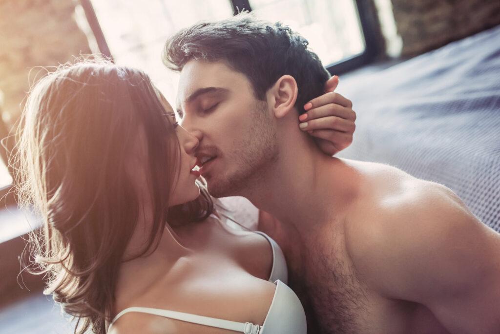Une femme et un homme font l'amour. L'homme lâche prise totalement. C'est un bon remède pour l'aspermie.