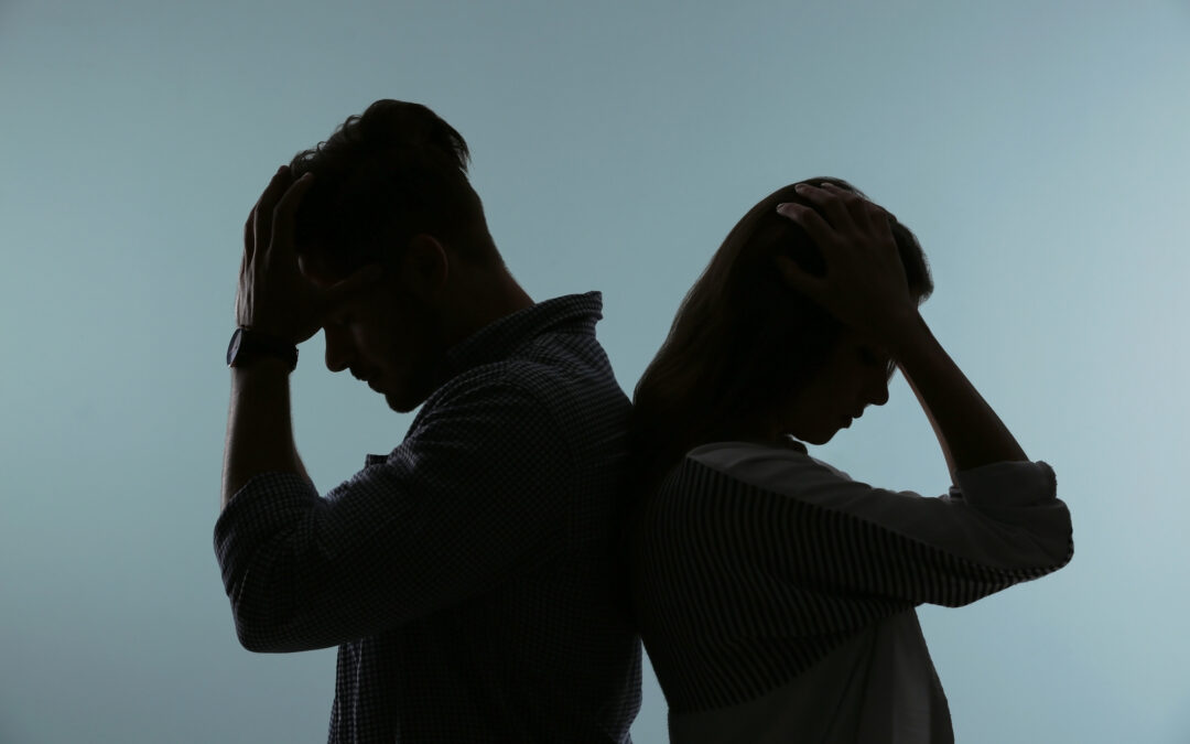 Un homme et une femme sont dos à dos. Ils semblent tristes. L'image interroge sur comment sauver son couple.