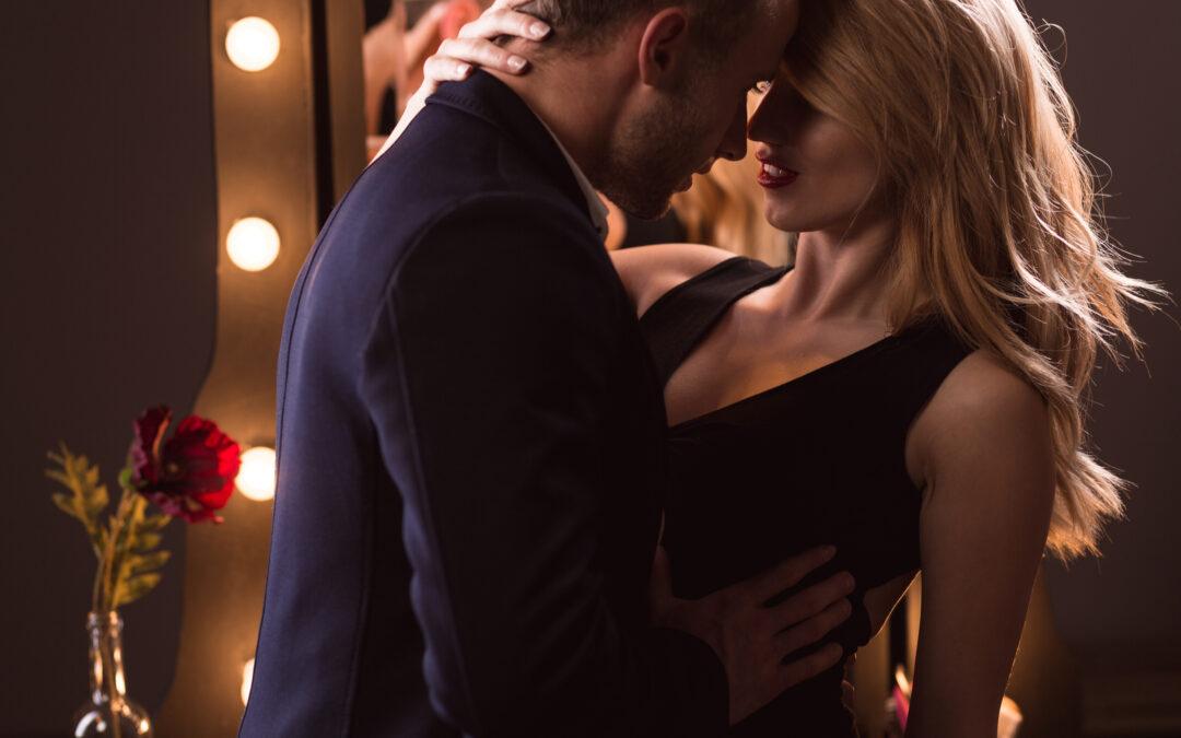 Un couple qui est sur le point de s'embrasser. L'homme montre comment réussir avec les femmes.