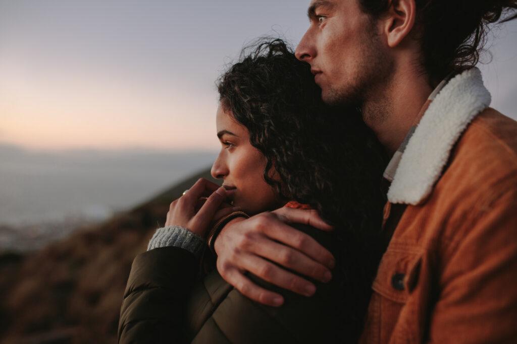 Un couple qui regarde au loin. L'image illustre une relation amoureuse qui semble épanouie.
