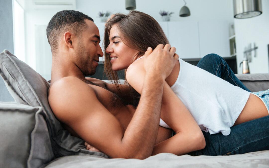 Un couple au lit qui s'amuse. La femme taquine l'homme. Voilà ce qui fait craquer les hommes.