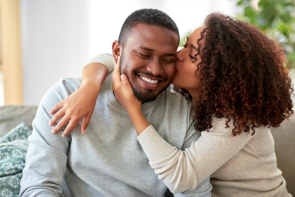 Une femme qui embrasse son homme. Cela montre les besoins des hommes en amour.