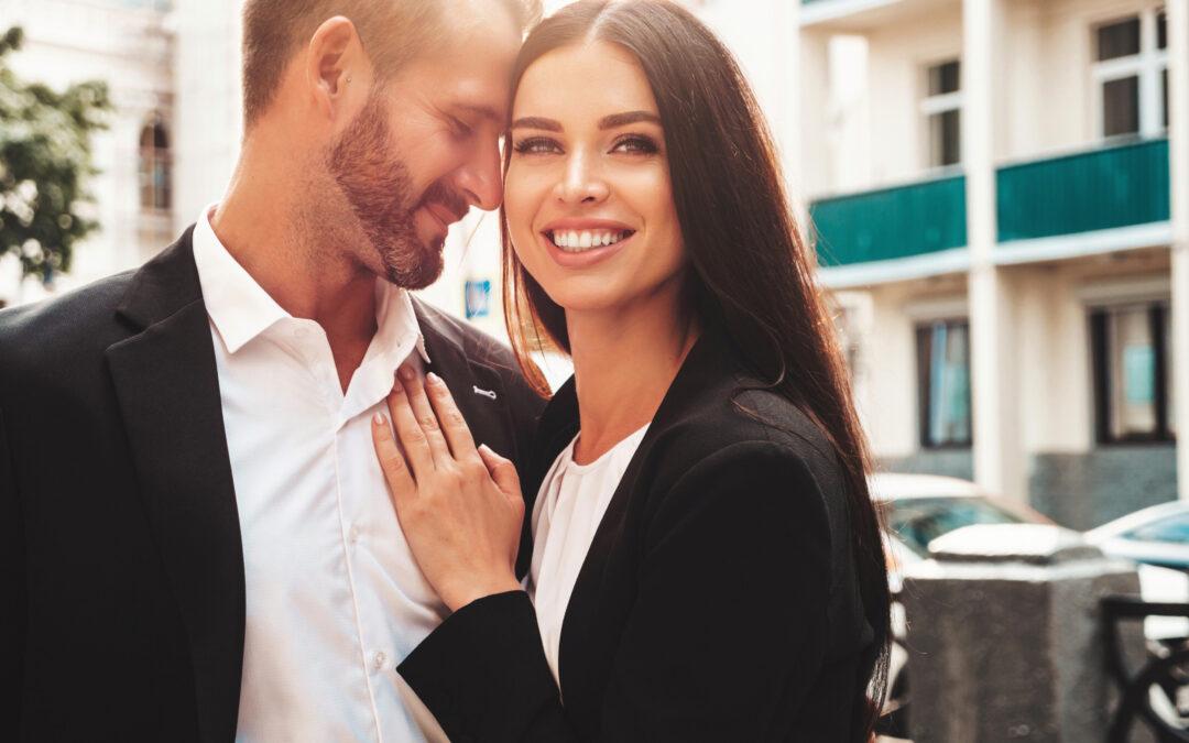 Comment réussir avec un homme ? Cette femme brune souriante en montre un bon exemple.
