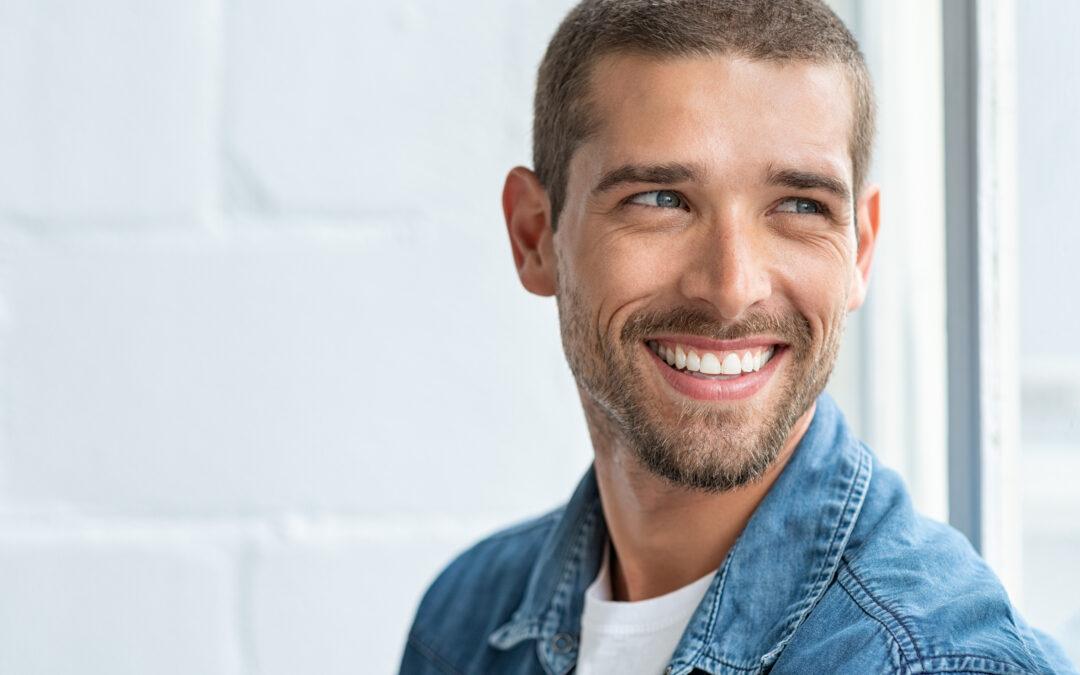 Un homme séduisant et souriant qui représente ce que veulent les femmes.